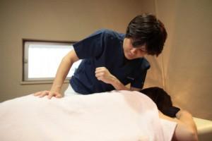 ▲腕を使ってより広範囲に圧をかけ、筋肉をほぐす