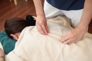 背骨の位置や縦横のズレを確認